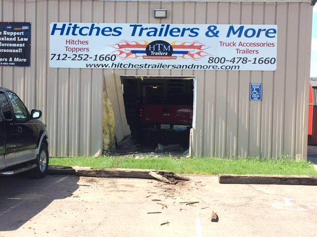 Truck runs into business on Highway 75<p></p>