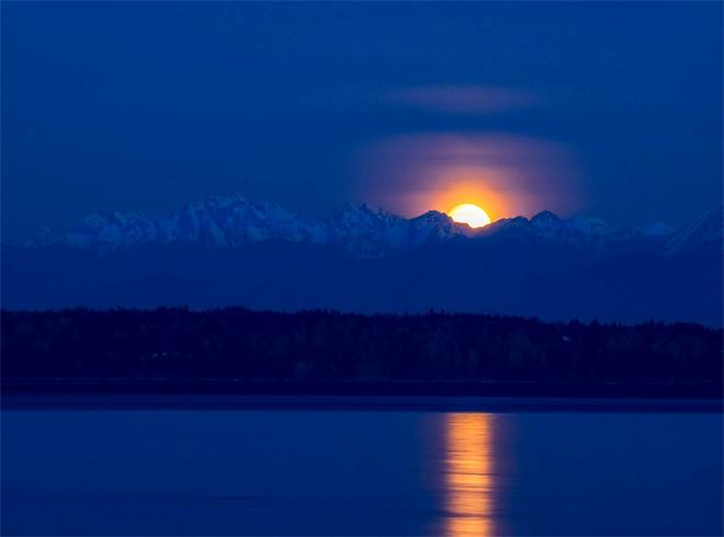 Moon setting behind the Olympics. Photo: Rick Collar