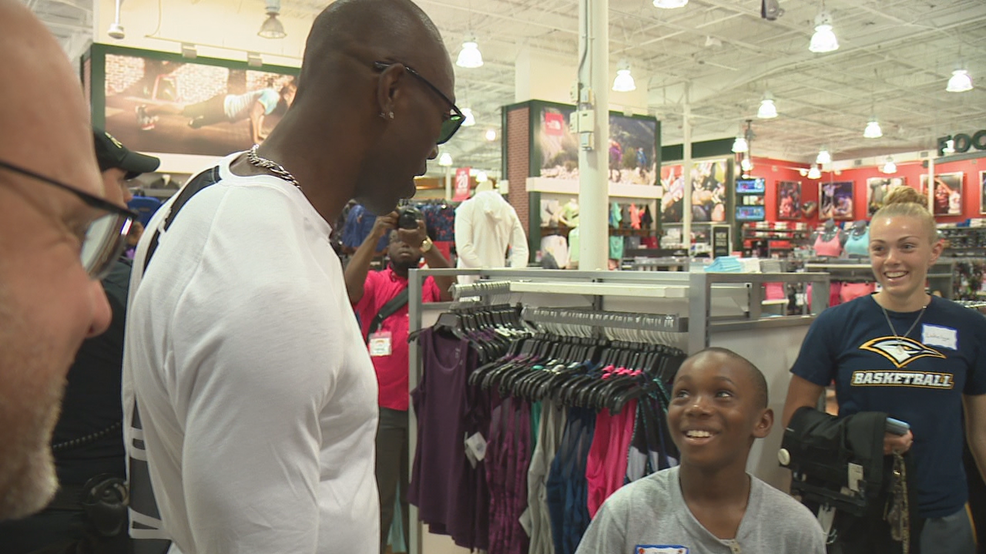 Terrell Owens at Dicks Sporting Goods - WTVC.png