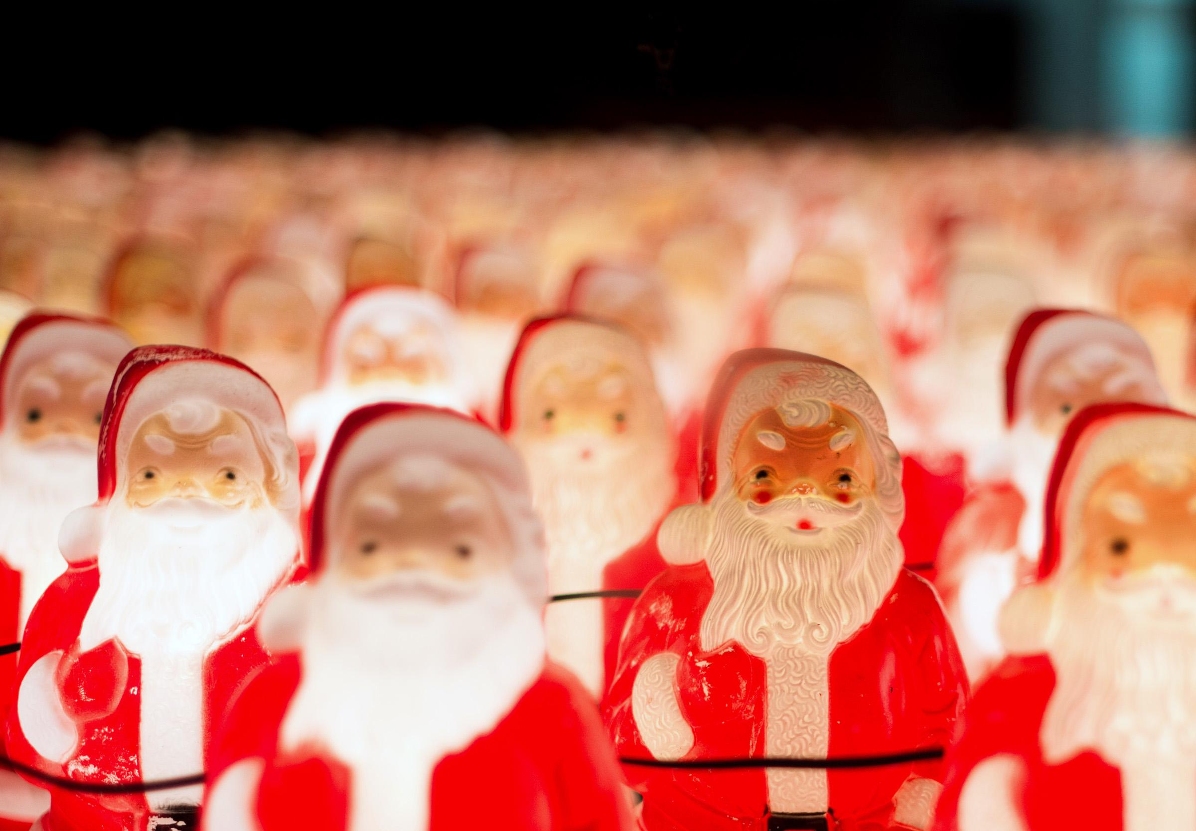 A local artist has hidden a display of 350 light-up Santas somewhere in Downtown Portland, and he's posting clues about its location on his Instagram account. Chris Willis has been collecting the 60's-vintage blow mold Santas since 2010 and each year he finds a location to set up the display. (Tristan Fortsch/KATU News on Dec. 12, 2017)