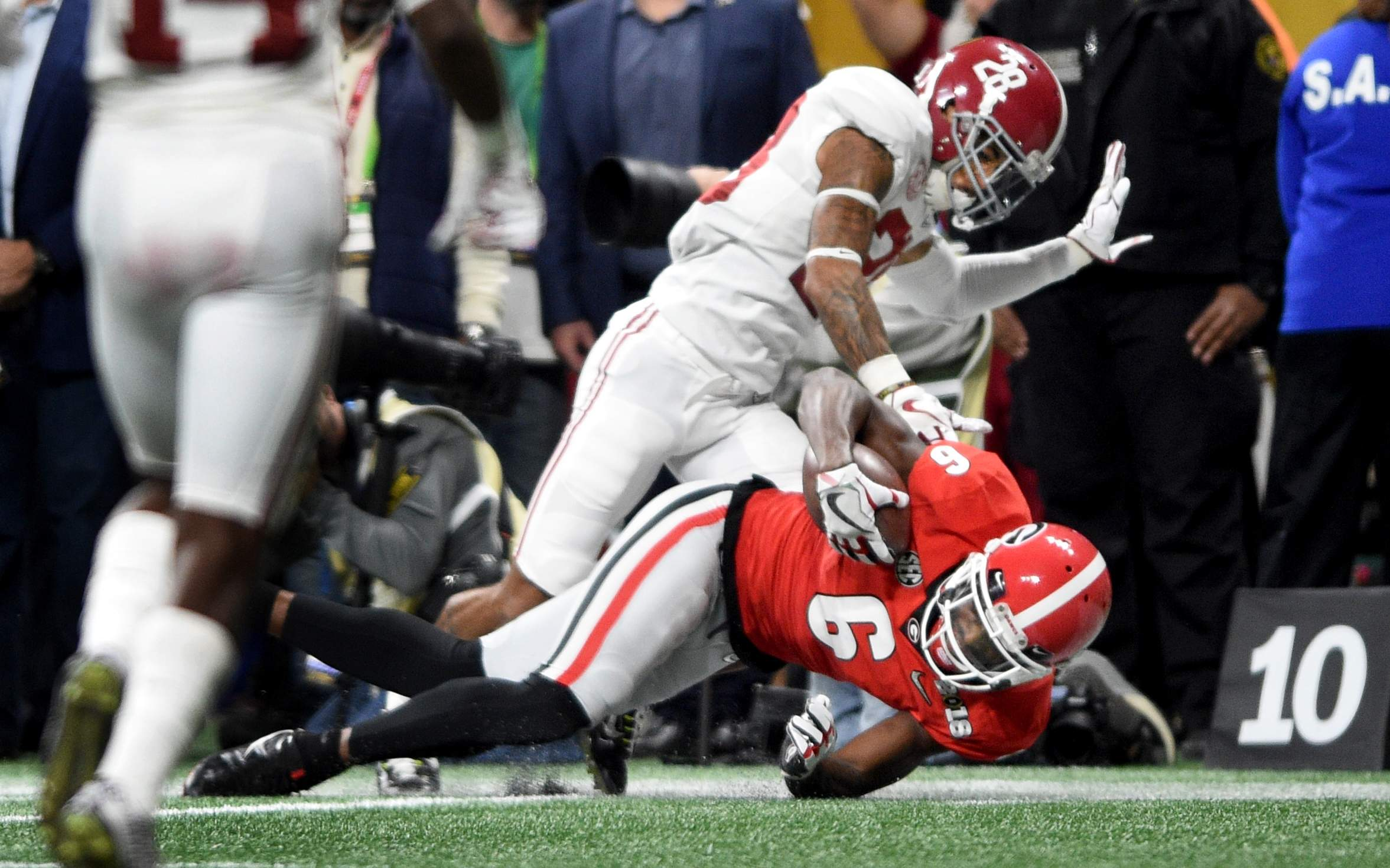 Georgia's Javon Wims comes down with a pass against Alabama's Anthony Averett to set up a second quarter field goal during the 2018 College Football Playoff National Championship at Mercedes-Benz Stadium in Atlanta, Ga., Monday evening January 8, 2018. MICHAEL HOLAHAN/AUGUSTA CHRONICLE