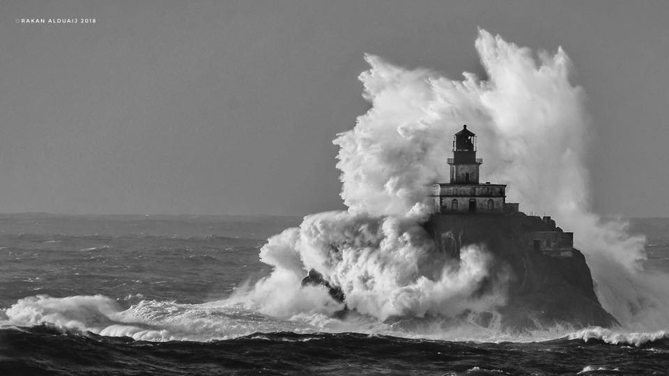 Huge wave crashes over Tillamook (Oregon) Lighthouse (Photo: Rakan Alduaij)<p></p>