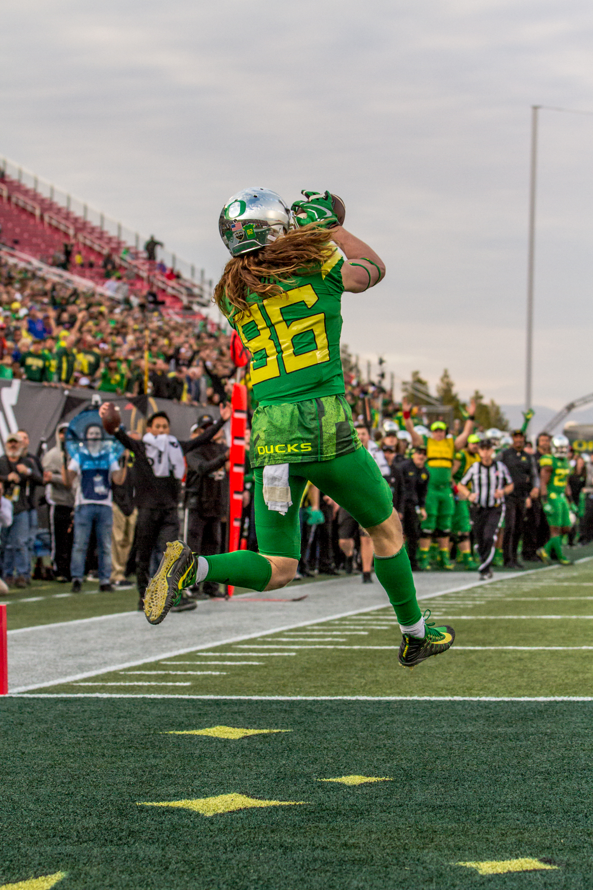 Oregon wide receiver Brendan Schooler (#86) catches a touchdown pass in the endzone. The Boise State Broncos defeated the Oregon Ducks 38 to 28 in the 2017 Las Vegas Bowl at Sam Boyd Stadium in Las Vegas, Nevada on Saturday December 17, 2017. The Las Vegas Bowl served as the first test for Oregon's new Head Coach Mario Cristobal following the loss of former Head Coach Willie Taggart to Florida State University earlier this month. Photo by Ben Lonergan, Oregon News Lab