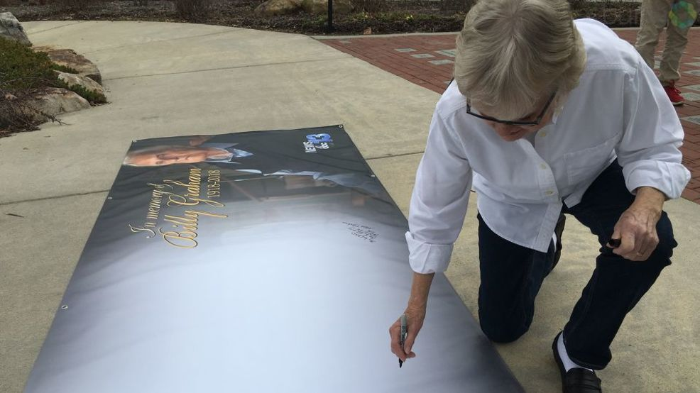 Banner gives local Billy Graham admirers a chance to put their sadness into words