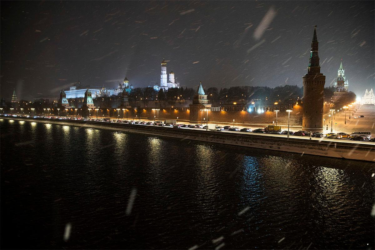 Cars stand in a traffic jam along the embankment of the Moskva River outside the Kremlin during snowfall in Moscow, Russia, Friday, Nov. 11, 2016. Moscow was hit by heavy snowfall on Friday with a daily temperature of about -6 C (42,8 F). (AP Photo/Pavel Golovkin)