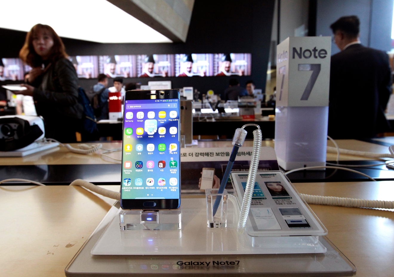Samsung Electronics Galaxy Note 7 smartphone is displayed at a mobile phone shop in Seoul, South Korea, Monday, Oct. 10, 2016. (AP Photo/Ahn Young-joon)